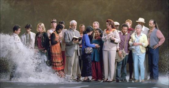 Bill-Viola gente che attende mentre arriva l'acqua